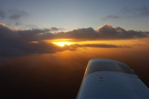 Sonnenuntergang beim Nachtflug der Flugschule Fläming Air
